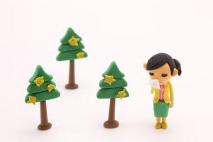 花粉症の女性と木