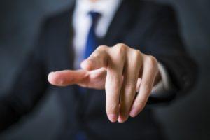 指を指す人