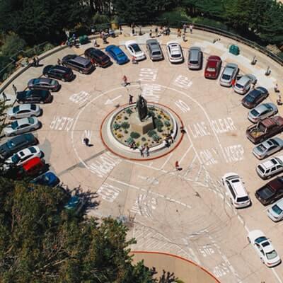 前向き駐車している車たち